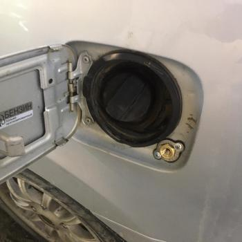 Заправочное устройство установлено под крышку лючка бензобака