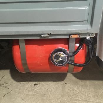 Цилиндрический баллон объемом 130 литров и заправочное устройство
