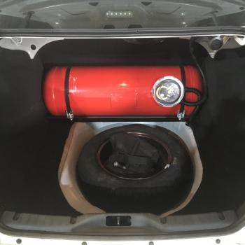 Цилиндрический баллон объемом 60 литров и заправочное устройство